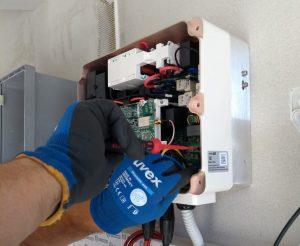 Elettricista effettua un intervento di manutenzione di un impianto fotovoltaico..